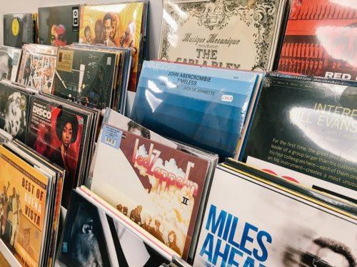お店の棚に陳列されているたくさんのレコード