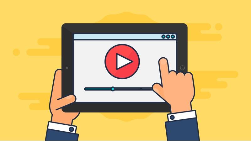 タブレットで動画の再生ボタンを押す男性の手
