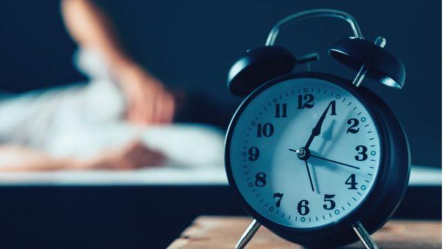 机の上に置かれた目覚まし時計