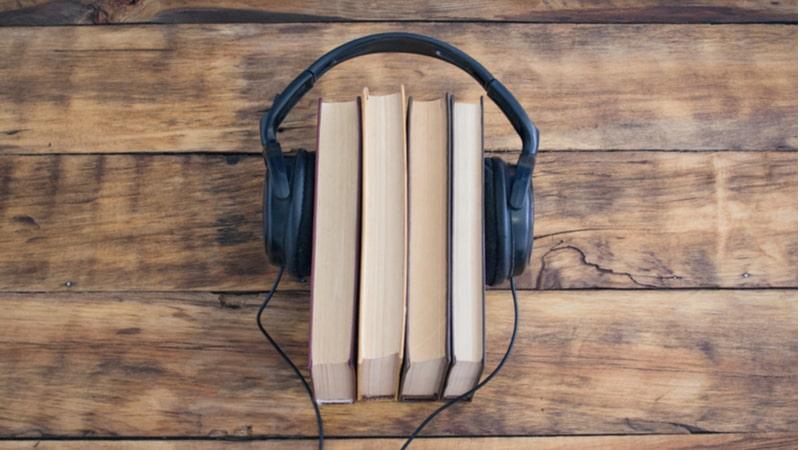 4冊の本を挟むヘッドホン