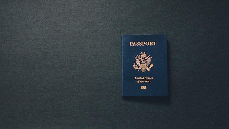机の上に置かれたパスポート