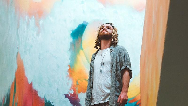 キャンバスを見上げる男性アーティスト