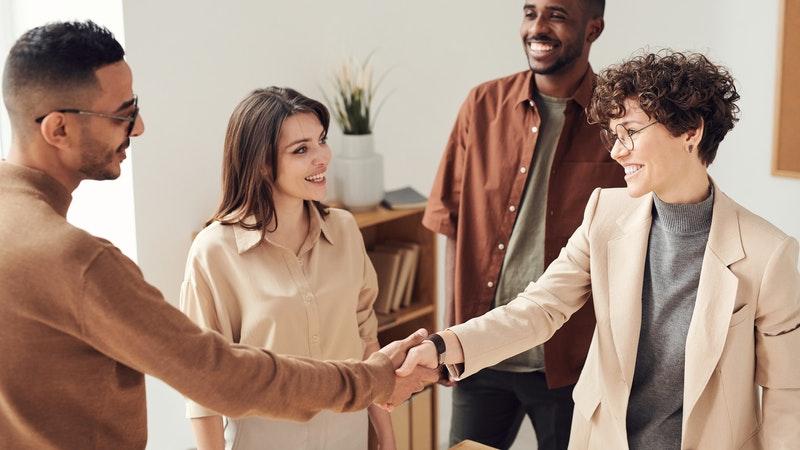 笑顔で握手を交わす男性と女性